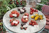 Tomatentableau auf rundem Terrassentisch