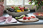 Holz-Schale mit frisch geernteten Gemüse aus dem eigenen Garten