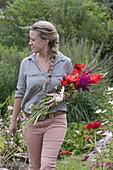 Frau mit frisch geschnittenen Blumen für Strauss