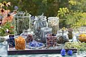Gläser mit getrockneten Blüten und Blättern für Tee
