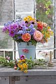 Frisch geschnittene Blumen für Strauss in Eimer gestellt