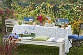 Gedeckter Tisch im herbstlichen Garten