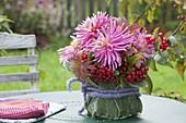 Kleiner Strauss aus Dahlia 'Pink Monk' (Kaktusdahlie), roten Beeren