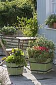 Grüne Holzkuebel mit Gemüse und Kräutern