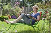 Frau geniesst den Garten
