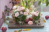 Kleine Straeusse aus Rosa (Rosen , Hagebutten) und Salbei (Salvia)