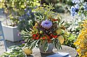 Ungewöhnliches Gesteck mit Artischocken-Blüte (Cynara scolymus)