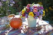 Bunter Strauss aus Dahlia (Dahlien), Helianthus (Sonnenblumen), Zinnia
