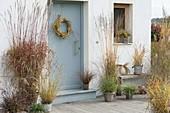 Hauseingang mit Gräsern in Herbstfärbung