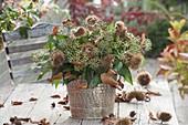 Floristische Dekorationen mit Fundstuecken aus dem Herbstwald