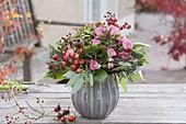 Herbststrauss aus Rosa (Rosen, Hagebutten), Eucalyptus, Hydrangea