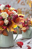 Herbststrauss aus Rosa (Rosen, Hagebutten), Physalis (Lampions), Malus