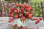 Herbststrauss aus Physalis (Lampions), Rosa (Hagebutten), Erica gracilis