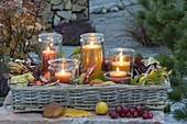 Abendstimmung auf der Herbstterrasse : Windlichter im Korb-Tablett