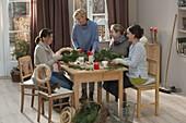 Frauen binden Adventskraenze