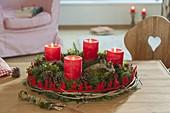 Rot - grüner Adventskranz aus gemischten Koniferen und Buxus (Buchs)