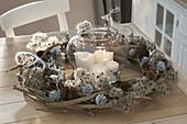Ungewoehnlicher Adventskranz aus Clematis - Ranken und Fruchtstaenden