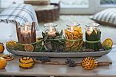 Duftende Adventsdeko : Gläser mit Zimtstangen, Zweigen von Olea (Olive)