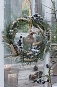 Vogelfutter - Kranz aus Pinus (Kiefer), Schlehe (Prunus spinosa)