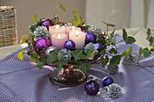 5 - Minuten - Adventskranz aus Kerzen, Kugeln auf Tortenplatte mit Fuß