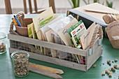 Kästchen mit Samen nach Monaten sortiert fürs Gartenjahr