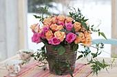 Strauss aus Rosa (Rosen) und Ranken von Jasminum polyanthum