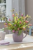 Strauss aus Cornus mas (Kornelkirsche) und Tulipa (Tulpen) in Keramik-Krug