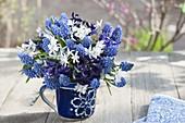 Blau-weisser Strauss aus Muscari armeniacum (Traubenhyazinthen)