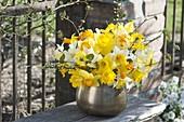 Gelber Strauss aus gemischten Narcissus (Narzissen) mit Zweigen