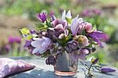 Rosa-violetter Strauss aus Zweigen von Magnolia (Magnolien) und Helleborus