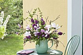 Strauss aus Magnolia (Magnolien), Tulipa 'Negrita' (Tulpen) und Zweigen