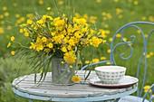 Üppiger Wiesenstrauss aus Ranunculus acris (Hahnenfuss, Butterblumen)