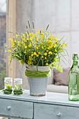 Üppiger Strauss aus Ranunculus acris (Butterblumen, Hahnenfuss),