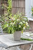 Strauss aus Wiesenblumen : Leucanthemum (Margeriten), Gräser, Trifolium
