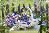 Korb mit frisch geschnittenen Blüten von Aquilegia (Akelei)