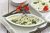 Carpaccio aus Zucchini mit Zwiebeln und Basilikum