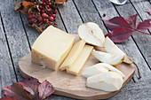 Holzbrett mit Birnen und Käse