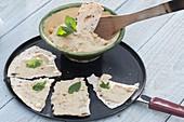 Kichererbsen-Dip mit Basilikum zum Brotfladen