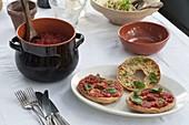 Bruschetta mit Tomaten und Basilikum als Vorspeise