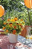 Gartenparty mit orangen Lampions als Deko