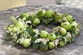 Sommerkranz aus grünen Äpfeln und Maedesuess