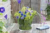 Frauenmantel-Kornblumen-Storchschnabel-Gesteck