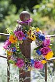 Bunter Sommerkranz aus Rosa (Rosen), Alchemilla (Frauenmantel)