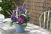 Strauss aus Stauden-Blüten und Gräsern : Echinops (Kugeldistel)