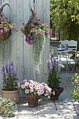 Terrasse mit selbstgemachten Ampeln und Toepfen aus Weide