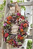 Herbstlicher Kranz aus Hydrangea (Hortensien), Zinnia (Zinnien), Sedum