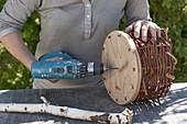 Ampel aus Korbgeflecht mit Holzboden bauen