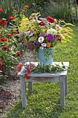 Strauss aus Bauerngarten-Blumen stecken
