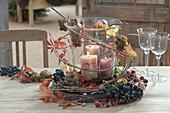 Grosses Glas mit Kerzen als Windlicht, dekoriert mit Weintrauben