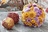 Herbstkugeln gesteckt mit Chrysanthemum (Herbstchrysanthemen)